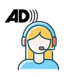 Χρωματιστό εικονίδιο γυναικείου κεφαλιού που φοράει ακουστικά με μικρόφωνο. Πάνω και αριστερά από το κεφάλι φαίνεται το διεθνές σύμβολο της ακουστικής περιγραφής